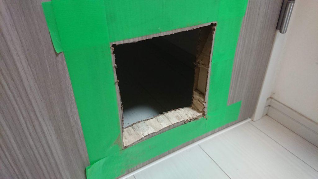 CEESC「4WAY ペットドア」のためにドア貫通。