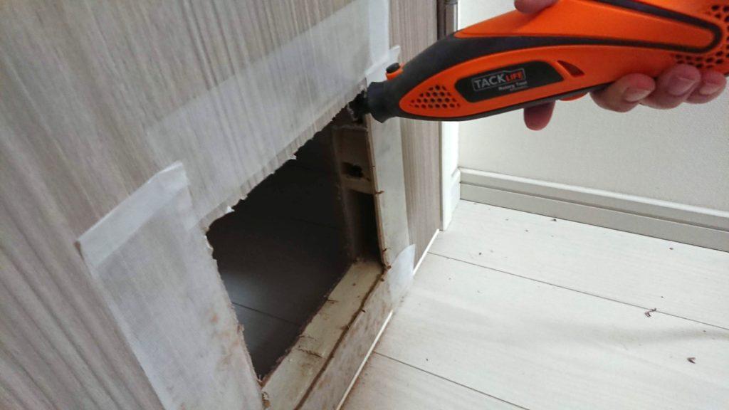 ドアの穴をルーターで拡大。