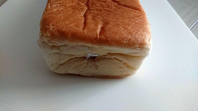 ヤマザキ「中身たっぷり四角いパン」の側面に空いた穴。