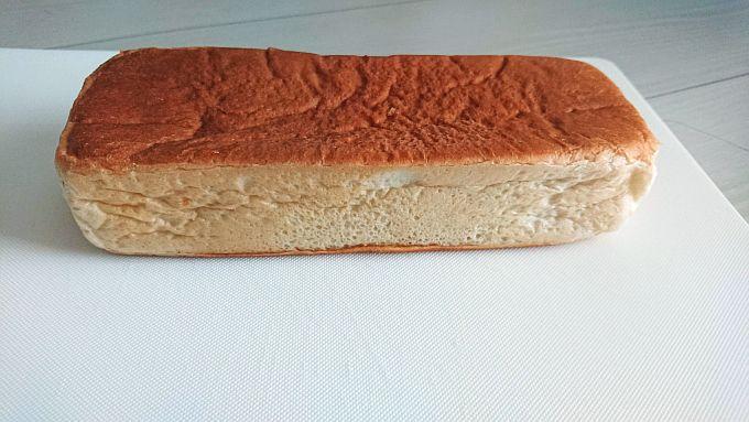 ヤマザキ「中身たっぷり四角いパン」は長さ16㎝。