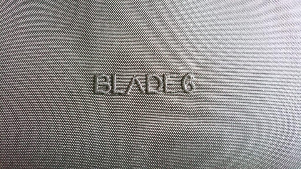 Arc'teryx「Blade 6」背面の商品ロゴ。
