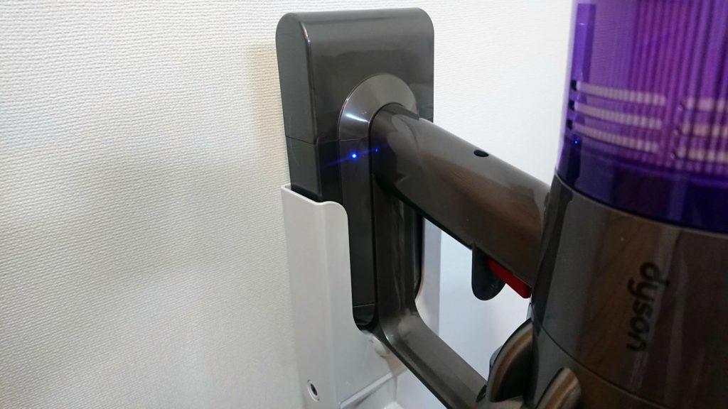 Dysonコードレスクリーナー「V11 Absolute(SV14ABL)」充電中は本体LEDも点灯。