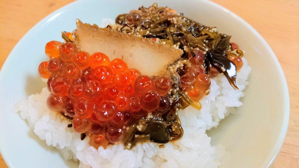 中村家「三陸海宝漬」をご飯に盛ったところ。