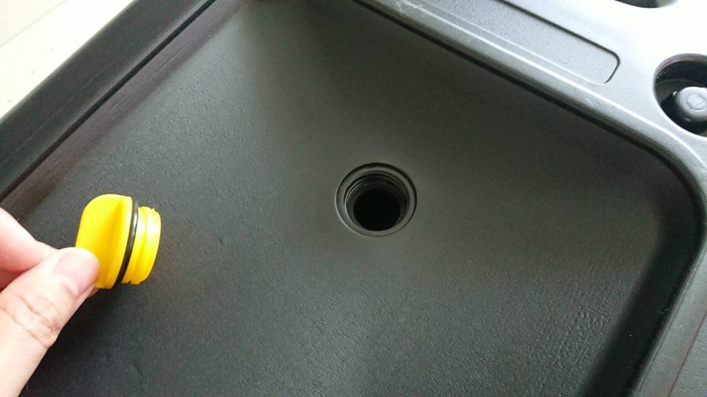 モノタロウ「オイルドレンパン 8L」のオイル受け部の穴。