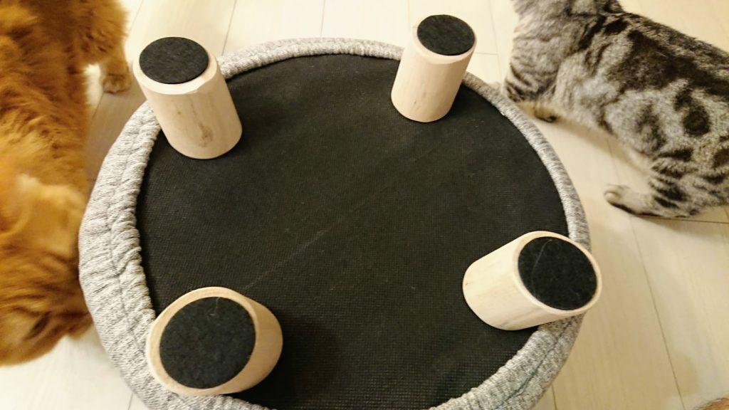コジット「座れるキャットハウス」の4本足にはゴムクッションが。