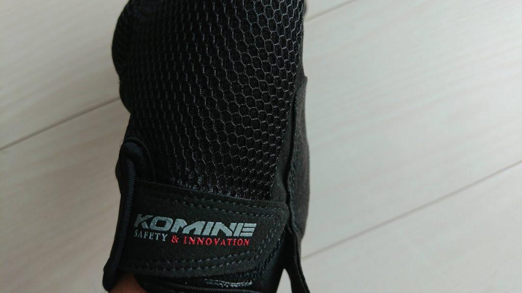 コミネ「GK-194プロテクトメッシュグローブ」の手首のベルト。