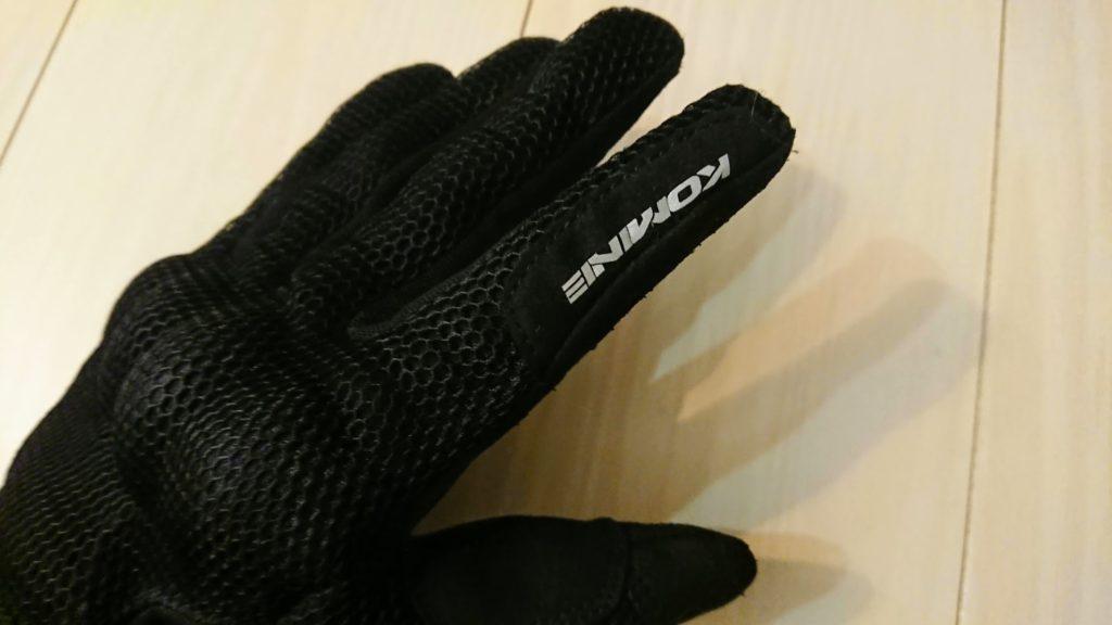 コミネ「GK-194プロテクトメッシュグローブ」の人差し指にはロゴが。