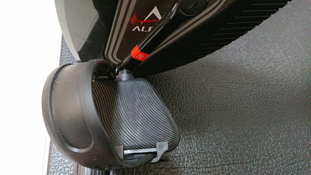 アルインコ「クロスバイクAFB4520K」のペダルにはベルト付き。