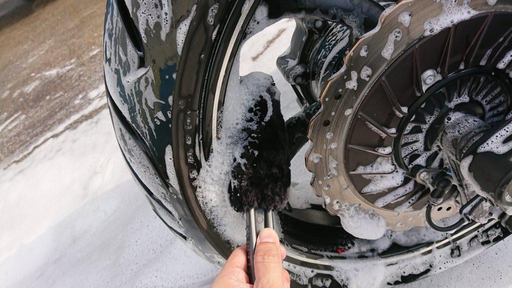 まずはバイクを洗車。