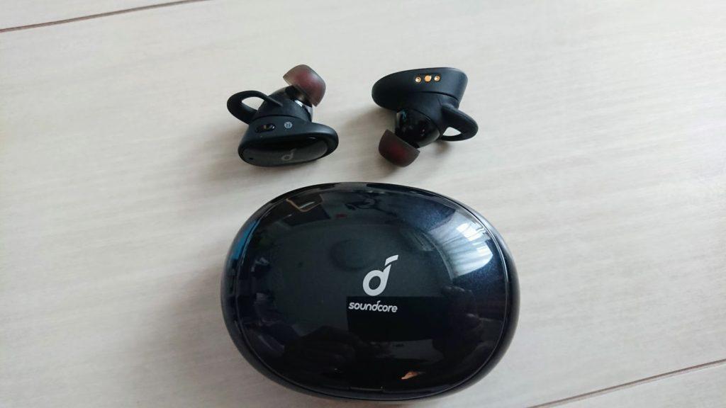 Anker「Soundcore Liberty 2」の本体と携帯ケース。