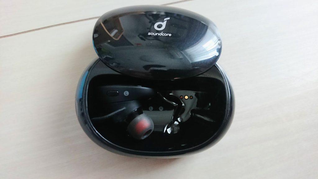Anker「Soundcore Liberty 2」の携帯ケースの開き方。
