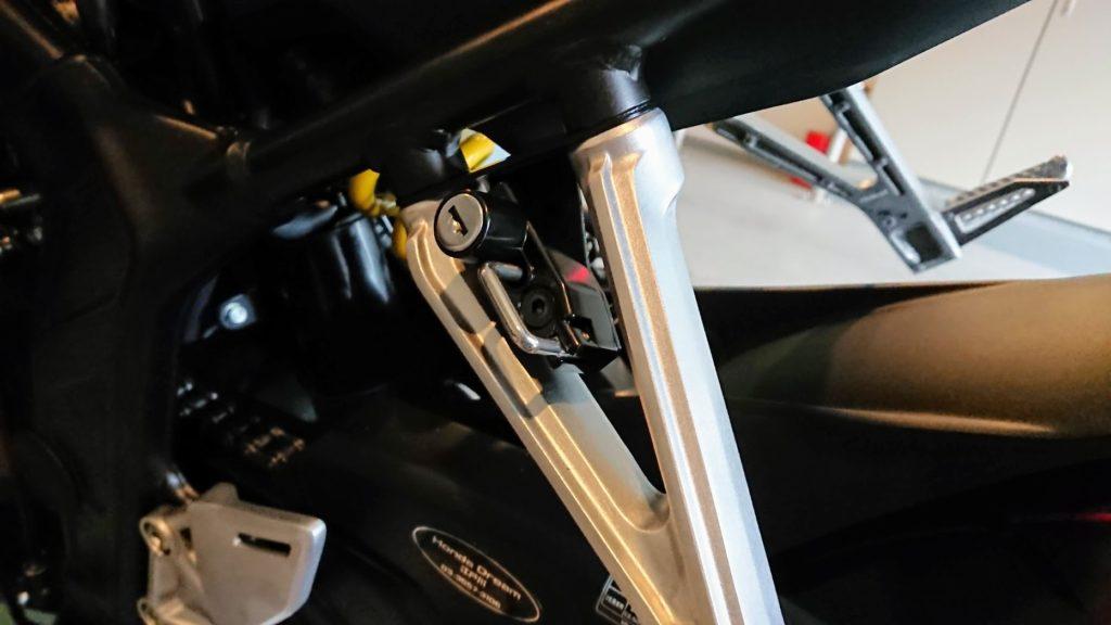 DAYTONA「バイク用 ヘルメットロック 92642」の取付完了。