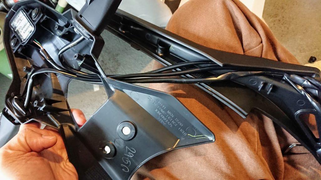 CBR650Rのウインカーを取り外す。